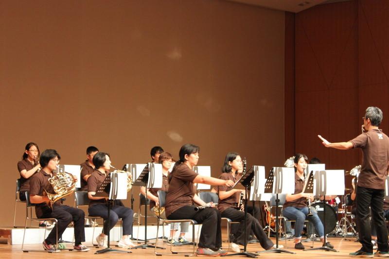 指揮者も楽器を演奏しなければ手が足りません